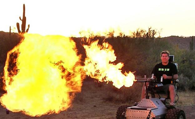 כיסא גלגלים יורק אש (צילום: Caters News Agency)