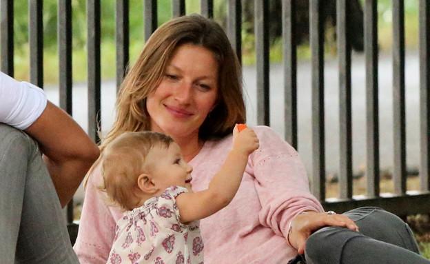 ג'יזל מבלה עם הבת (צילום: Christopher Peterson/Splash News, Splash news)