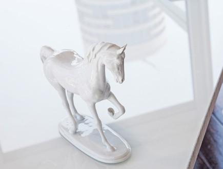 הפקה לבנה, חדר עבודה סוס (צילום: שרון ברקת)