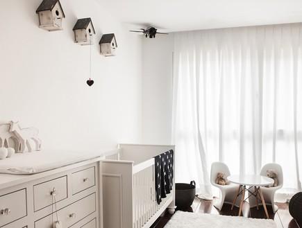 הפקה לבנה, חדר תינוק מיטה (צילום: שרון ברקת)