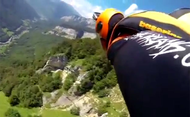 כריס מקדוגל קופץ מהפסגה (צילום: טלאגרף)