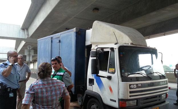 """משאית פרצה את המחסום. נתב""""ג"""