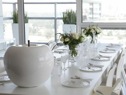 הפקה לבנה, שולחן חג כסאות (צילום: שרון ברקת)