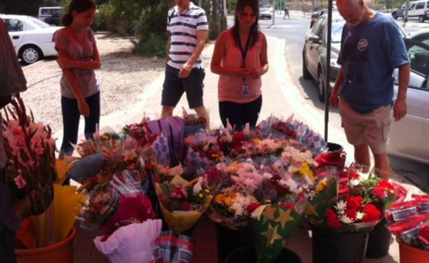 מוכרי פרחים לחג (צילום:  שמעון איפרגן   )
