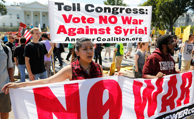 """הפגנות בארה""""ב נגד התערבות בסוריה (צילום: רויטרס)"""