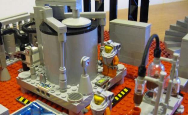 לגו שובר שורות - המיכלים במעבדה (צילום: צילום מסך מאתר dailymail)
