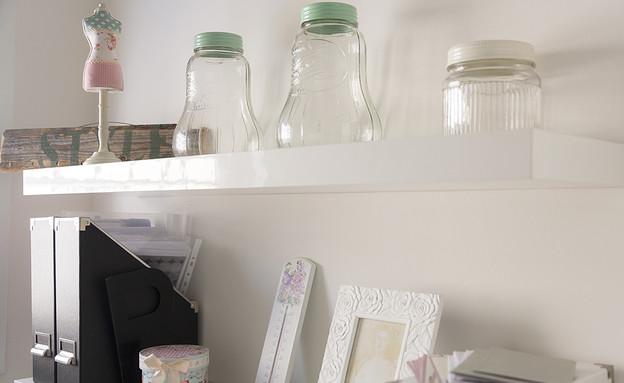 אורנית, חדר עבודה מדפים (צילום: שי אפשטיין)