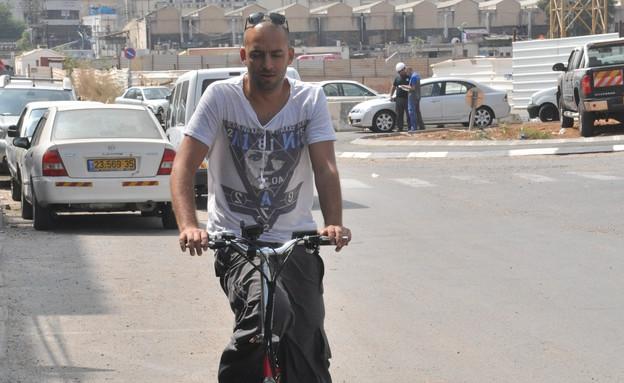 עידן רייכל קונה אופניים (צילום: צ'ינו פפראצי)