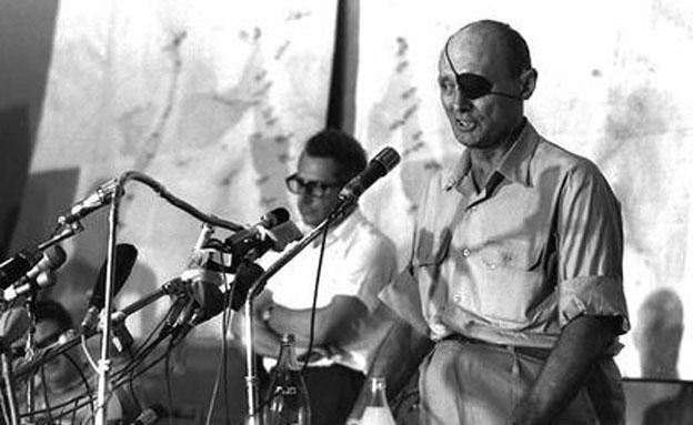 """דיין בנאום במהלך המלחמה (צילום: הרמן חנניה, לע""""מ)"""