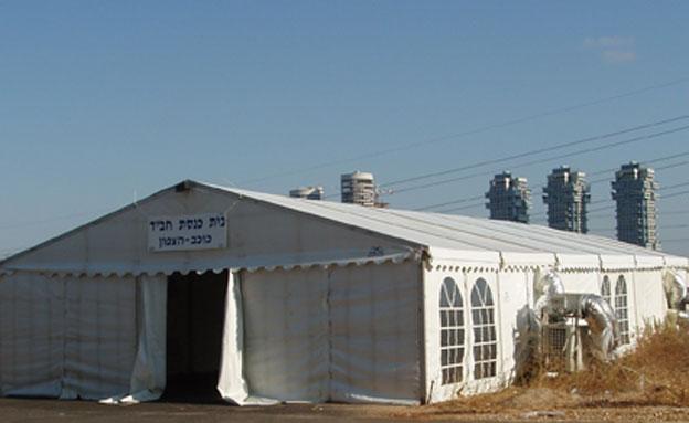 """יש פתרון למצוקת המקום בבתי הכנסת (צילום: צעירי חב""""ד)"""