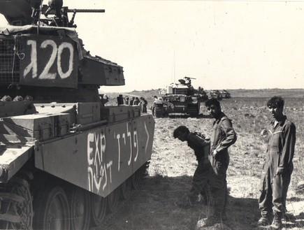 אדיור לפני הקרב בו איבד את חייו ליד הטנק של בן חנן