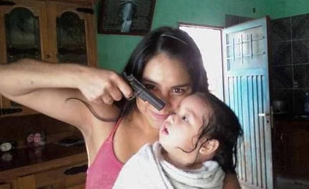 זעזוע ברשת: מכוונת אקדח על תינוק