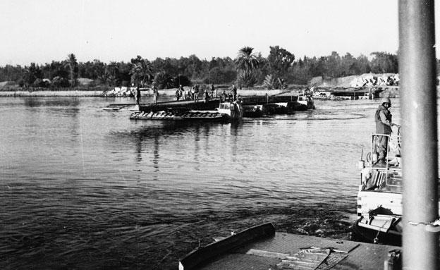 התמסחים צולחים לפני שהוקם גשר (צילום: גדעון מגל)