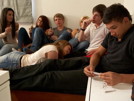 צעירים מעשנים סמים על ספה