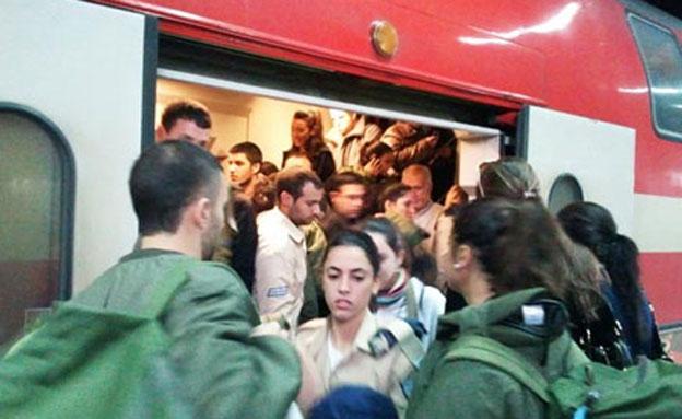 חיילים ברכבת, ארכיון (צילום: רוני בר-און, גלובס)