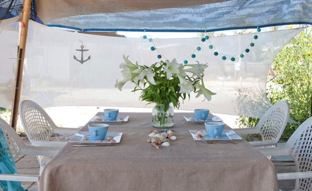 שיפוץ קרוואן, שולחן אוכל חיצוני צדפים גובהנוף חמניות גובה (צילום: הגר דופלט)