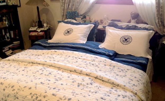 סידור מיטה, מצעים ובובות (צילום: עמית צביה)