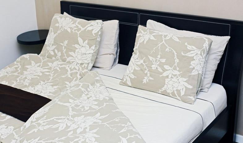 סידור מיטה, מצעים שמיכה מופשלת (צילום: עמית צביה)