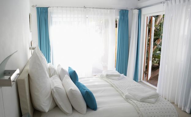 סידור מיטה, תכלת לבן, צילום thinkstockphotos.com (צילום: אימג'בנק / Thinkstock)
