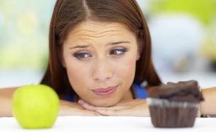 אישה מתלבטת בין עוגה לתפוח (וידאו WMV: Jacob Wackerhausen, Thinkstock)
