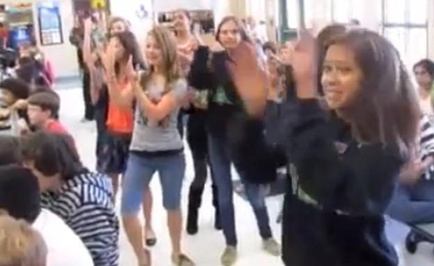 רוקדים בבית הספר (צילום: youtube.com)