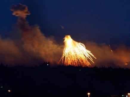 פיצוץ בצפון רצועת עזה בלילה (רויטרס) (צילום: חדשות 2)