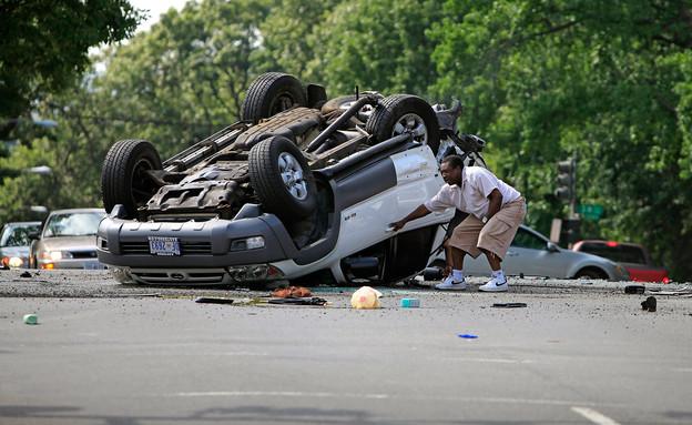 רכב הפוך אחרי תאונה (צילום: Chip Somodevilla, GettyImages IL)