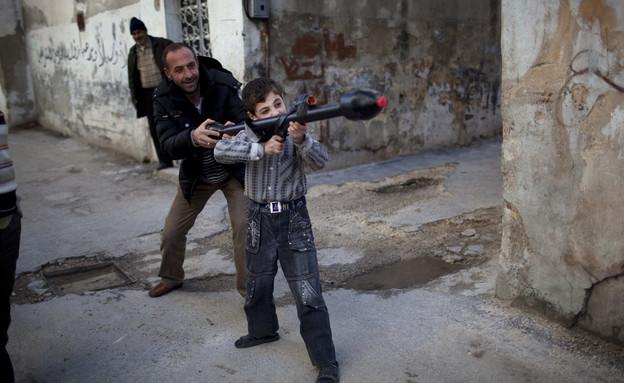 ילד יורה בסוריה (צילום: AP Photos/Rodrigo Abd)