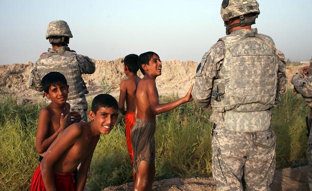 חיילים אמריקאים משחקים עם ילדים בעירק (צילום: Spencer Platt, GettyImages IL)