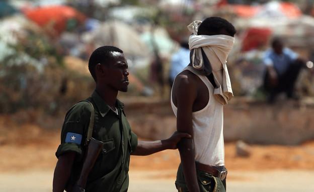 איש צבא סומלי עצור (צילום: John Moore, GettyImages IL)