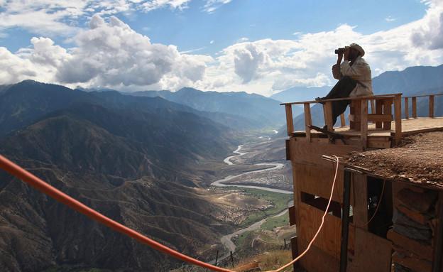 חייל מבצע תצפית באיזור הררי באפגניסטן (צילום: John Moore, GettyImages IL)
