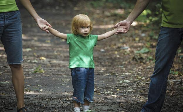 ילד בין הורים גרושים (צילום: אימג'בנק / Thinkstock)