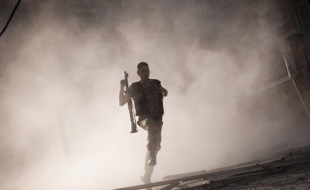 מורד סורי רץ (צילום: AP Photos/ Manu Brabo)