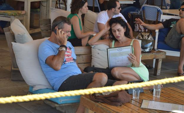 ריטה בבילוי עם בחור בנמל תל אביבי (צילום: צ'ינו פפראצי)