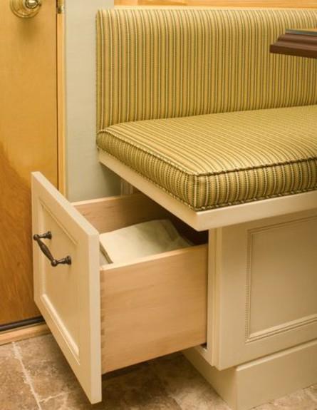 אחסון, ספסל מגירה גובה (צילום: thesmallkitchendesign)