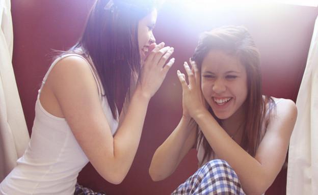 בנות לוחשות (צילום: Kayla Kandzorra, Flickr)