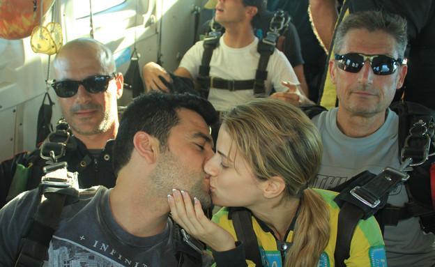 עמוס תמם ואשתו בצניחה חופשית (צילום: באדיבות פרדייב השמורה האווירית)