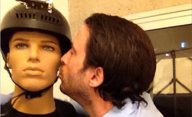 עידו רוזנבלום רומנטי עם הבובה של חייו (צילום: עידו רוזנבלום, instagram)