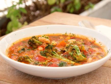 """מרק מינסטרונה """"כפתור"""" עם הרבה ירקות, עומר מילר (צילום: קרן ביטון כהן, אוכל טוב)"""