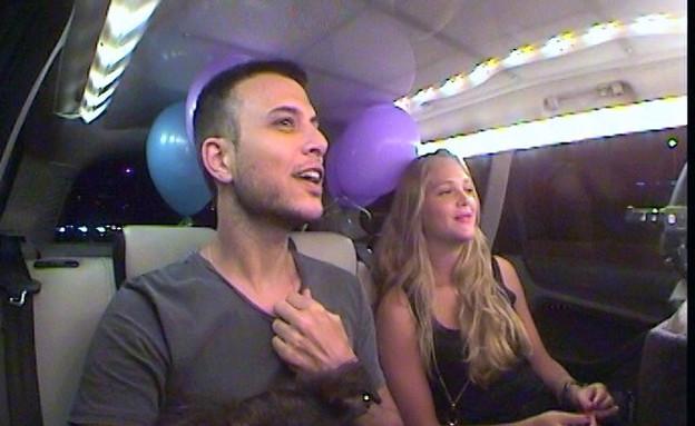 אסי ואסתי עולים על מונית הכסף (תמונת AVI: mako)