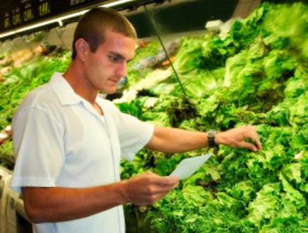 גבר קונה ירקות (צילום: istockphoto)