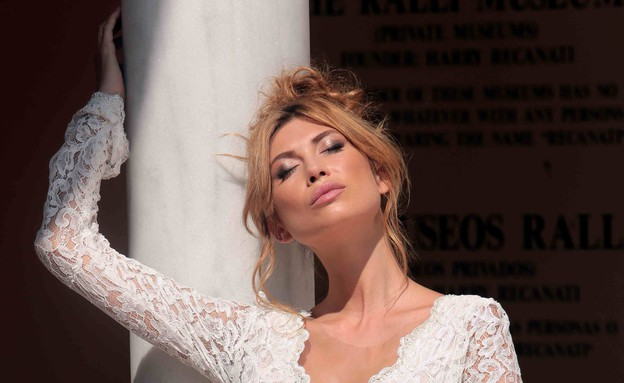 פאולינה אלברשטיין מדגמנת שמלות כלה (צילום: עודד קרני)