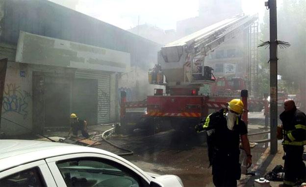 """ת""""א: שריפה משתוללת בדרום העיר (צילום: כבאות תל אביב)"""