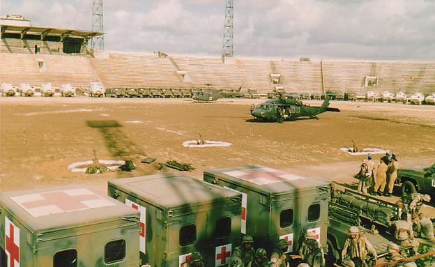 פינוי הפצועים אל האצטדיון ומשם לבית החולים (צילום: צבא ארצות הברית)