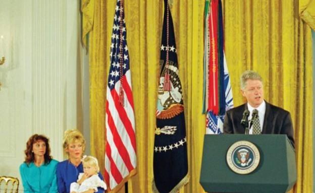 האלמנות מקבלות את עיטור הכבוד (צילום: הבית הלבן)
