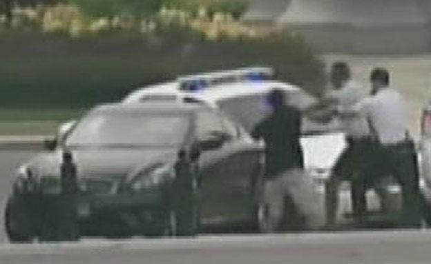 השוטרים שלפו אקדחים, הנהגת האיצה ונמלטה (צילום: alhurra)