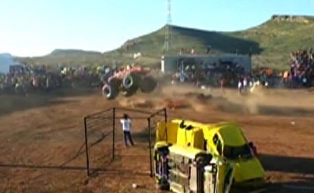 צפו: רכב הענק שועט לתוך הקהל (צילום: liveleak)