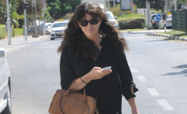 יעל שרוני עושה גבות (צילום: ברק פכטר)