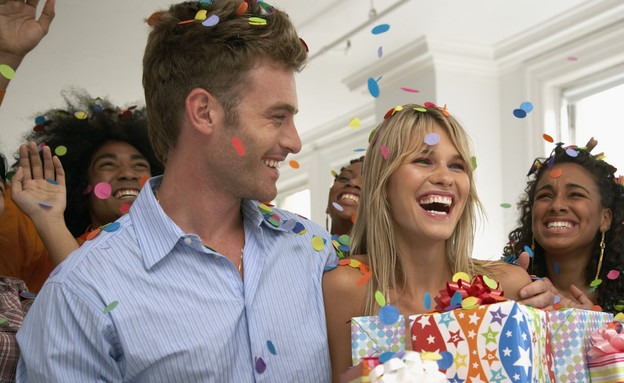 סטטוס צעירים - זוג חוגג יום הולדת (צילום: אימג'בנק / Thinkstock)