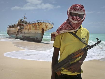 לוחם סומלי על החוף